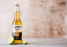 LONDRES, REINO UNIDO - 10 DE MARZO DE 2018: Botellas de Corona Extra Beer con la rebanada de la cal en la madera La corona es la  foto de archivo