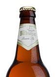 LONDRES, REINO UNIDO - 23 DE MARZO DE 2017: Botella de cerveza de Bitburger en blanco La cervecería de Bitburger es una cervecerí Fotos de archivo