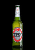 LONDRES, REINO UNIDO - 15 DE MARZO DE 2017: Botella de cerveza de las cubas de tintura en fondo negro La cervecería de las cubas  imagenes de archivo