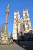 LONDRES, REINO UNIDO - 16 DE MARZO DE 2014: Columna de la abadía de Westminster y del monumento de guerra de los escolares con la Fotos de archivo libres de regalías