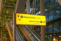 LONDRES, REINO UNIDO - 28 DE MARZO DE 2015: La salida canta Interior del terminal de aeropuerto de Heathrow 5 Nuevo edificio Fotografía de archivo libre de regalías