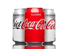 LONDRES, REINO UNIDO - 21 DE MARZO DE 2017: Latas de Coca Cola clásicas y bebida de la dieta en blanco La bebida es producida y f Foto de archivo