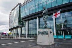 Londres, Reino Unido - 8 de marzo de 2018: La estatua de Bobby Moore delante del Wembley Stadium en un día muy ventoso foto de archivo