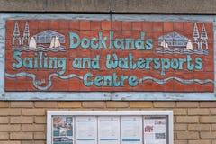 Londres, Reino Unido - 5 de marzo de 2019: Navegación de los Docklands y centro de Watersports en el muelle de Millwall, Londres  imagen de archivo