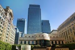 LONDRES, REINO UNIDO - 14 DE MAYO DE 2014: Arquitectura moderna de los edificios de oficinas de la aria de Canary Wharf el centro Foto de archivo libre de regalías
