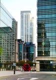 LONDRES, REINO UNIDO - 14 DE MAYO DE 2014: Arquitectura moderna de los edificios de oficinas de la aria de Canary Wharf el centro Imagen de archivo