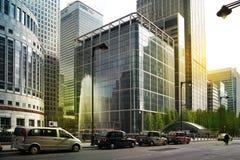 LONDRES, REINO UNIDO - 14 DE MAYO DE 2014: Arquitectura moderna de los edificios de oficinas de la aria de Canary Wharf el centro Foto de archivo