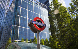 LONDRES, Reino Unido - 14 de mayo de 2014 el tubo de Londres, Canary Wharf coloca, la estación más ocupada en Londres, trayendo a Imágenes de archivo libres de regalías