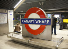 LONDRES, Reino Unido - 14 de mayo de 2014 el tubo de Londres, Canary Wharf coloca, la estación más ocupada en Londres, trayendo a Imagen de archivo libre de regalías