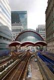 LONDRES, REINO UNIDO - 12 DE MAYO DE 2014: Estación de los docklands de Canary Wharf DLR en Londres Imágenes de archivo libres de regalías