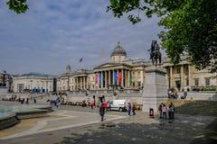 Londres, Reino Unido - 11 de mayo de 2017: National Portrait Gallery con Trafa Imagen de archivo