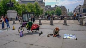 Londres, Reino Unido - 11 de mayo de 2017: Viejo hombre, artista de la calle, arrodillándose adentro Fotografía de archivo libre de regalías