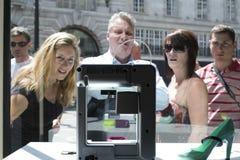 LONDRES, REINO UNIDO - 31 DE MAYO: Peatones intrigantes a la impresora 3D en la O.N.U Fotografía de archivo libre de regalías