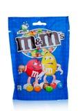 LONDRES, REINO UNIDO - 3 DE NOVEMBRO DE 2017: Doces de chocolate do ` s de M&M no branco, produzido por Marte, incorporado Imagens de Stock Royalty Free