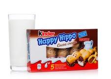 LONDRES, Reino Unido - 17 de novembro de 2017: Hipopótamo do chocolate mais amável e vidro de leite felizes no branco Umas barras Foto de Stock Royalty Free