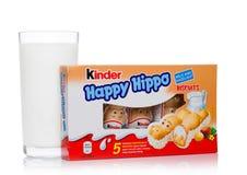LONDRES, Reino Unido - 17 de novembro de 2017: Hipopótamo do chocolate mais amável e vidro de leite felizes no branco Umas barras Fotografia de Stock Royalty Free