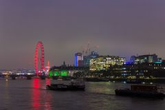 LONDRES, REINO UNIDO - 23 DE NOVEMBRO DE 2018: Um panorama de London Eye e do banco sul do rio Tamisa fotos de stock