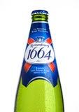 LONDRES, REINO UNIDO 15 DE NOVIEMBRE DE 2016 Botella fría de la cerveza 1664 de Kronenbourg en el fondo blanco Un punto negro del Imagen de archivo