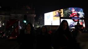 Londres Reino Unido - 20 de noviembre de 2018: Las luces famosas de la noche del circo de Picadilly y los autobuses de la atracci almacen de video