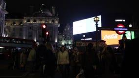 Londres Reino Unido - 20 de noviembre de 2018: Las luces famosas de la noche del circo de Picadilly y los autobuses de la atracci metrajes