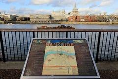 LONDRES, REINO UNIDO - 13 DE NOVIEMBRE DE 2018: Mapa de Bankside en Southwark con la vista de la catedral del río Támesis y de Sa foto de archivo libre de regalías