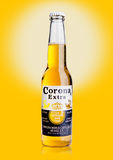LONDRES, REINO UNIDO - 23 de octubre de 2016: Botella de Corona Extra Beer en fondo amarillo Corona, producida por Grupo Modelo c fotos de archivo libres de regalías