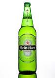 LONDRES, REINO UNIDO - 17 DE OCTUBRE DE 2016: Botella de Heineken Lager Beer en el fondo blanco Heineken es el productor estrella Imagen de archivo libre de regalías
