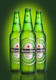 LONDRES, REINO UNIDO - 23 DE OCTUBRE DE 2016: Botellas de Heineken Lager Beer en fondo verde Heineken es el productor estrella de foto de archivo libre de regalías