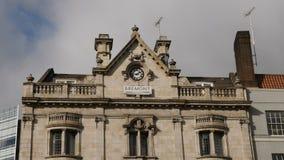 Londres, Reino Unido - 20 de octubre de 2017: El tiro liso del movimiento del cardán del lujo de Bremont mira el edificio de la m almacen de video