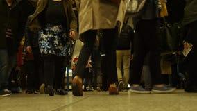 Londres, Reino Unido - 20 de octubre de 2017: Hora punta en escalera móvil de la estación del metro del puente de Londres Londres metrajes