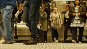 Londres, Reino Unido - 20 de octubre de 2017: Hora punta en Londres subterráneo Gente en la escalera móvil Londres, Reino Unido almacen de metraje de vídeo