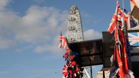 Londres, Reino Unido - 20 de octubre de 2017: Los recuerdos con la bandera del ` s de Inglaterra en el fondo de Londres observan  almacen de video