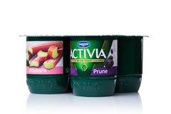 LONDRES, REINO UNIDO - 20 DE OCTUBRE DE 2017: Paquete de yogur de Activia con ruibarbo y la pasa en blanco Activia es una marca d Fotos de archivo libres de regalías