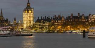 LONDRES, Reino Unido - 17 de outubro de 2017: BigBen e Thames River na noite fotografia de stock royalty free