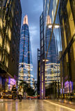 Londres, Reino Unido - 4 de outubro de 2016: Caminhada moderna da arquitetura e dos povos Foto de Stock Royalty Free