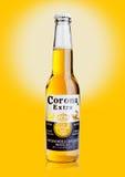 LONDRES, REINO UNIDO - 23 de outubro de 2016: Garrafa de Corona Extra Beer no fundo amarelo Corona, produzida por Grupo Modelo co fotos de stock royalty free