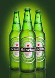 LONDRES, REINO UNIDO - 23 DE OUTUBRO DE 2016: Garrafas de Heineken Lager Beer no fundo verde Heineken é o produto de capitânia de foto de stock royalty free