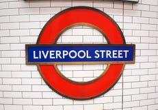LONDRES, Reino Unido - 27 de outubro de 2014: O sinal para a estação subterrânea da rua de Liverpool Foto de Stock