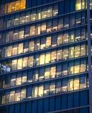 LONDRES, REINO UNIDO - 7 DE SEPTIEMBRE DE 2015: Edificio de oficinas en luz de la noche Vida de noche de Canary Wharf Foto de archivo libre de regalías