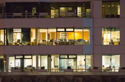 LONDRES, REINO UNIDO - 7 DE SEPTIEMBRE DE 2015: Edificio de oficinas en luz de la noche Vida de noche de Canary Wharf Fotos de archivo libres de regalías