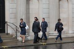 LONDRES, REINO UNIDO - 17 DE SEPTIEMBRE DE 2015: Hombres de negocios que caminan en la calle contra de la pared del Banco de Ingl Imágenes de archivo libres de regalías