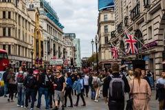 Londres, Reino Unido - 20 de septiembre de 2017 - gente que camina abajo del circo de Picadily imágenes de archivo libres de regalías