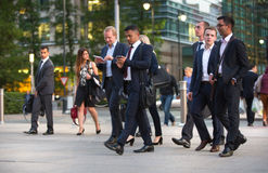 LONDRES, REINO UNIDO - 7 DE SETEMBRO DE 2015: Vida empresarial de Canary Wharf Executivos que vão em casa após o dia de trabalho foto de stock