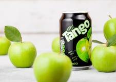 LONDRES, REINO UNIDO - 13 DE SETEMBRO DE 2018: Lata de alumínio da bebida do tango com sabor da maçã com maçãs verdes foto de stock