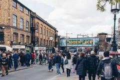 Londres, Reino Unido - 2do de abril de 2017: Camden Lock Bridge que es una f Fotografía de archivo