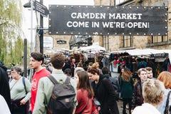 Londres, Reino Unido - 2do de abril de 2017: Camden Lock Bridge que es una f Imagen de archivo libre de regalías