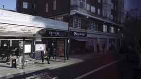 Londres/Reino Unido - 02 24 2019: Edificio viejo en la calle de Londres Jardines de Langland del término de autobuses visión desd metrajes