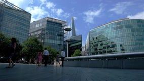 Londres, Reino Unido, el 3 de agosto de 2018: gente que camina en la plaza de ayuntamiento del ` s de Londres metrajes