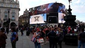 Londres, Reino Unido, el 2 de agosto de 2018: turistas en el circo de Picadilly almacen de metraje de vídeo