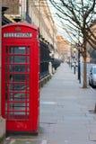 Londres, Reino Unido, el 17 de febrero de 2018: Cabina de teléfonos roja tradicional de Londres imagen de archivo